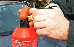 Где должен лежать огнетушитель в автомобиле