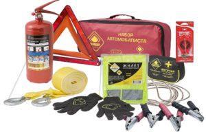 Автомобильный набор: аптечка, огнетушитель и аварийный знак